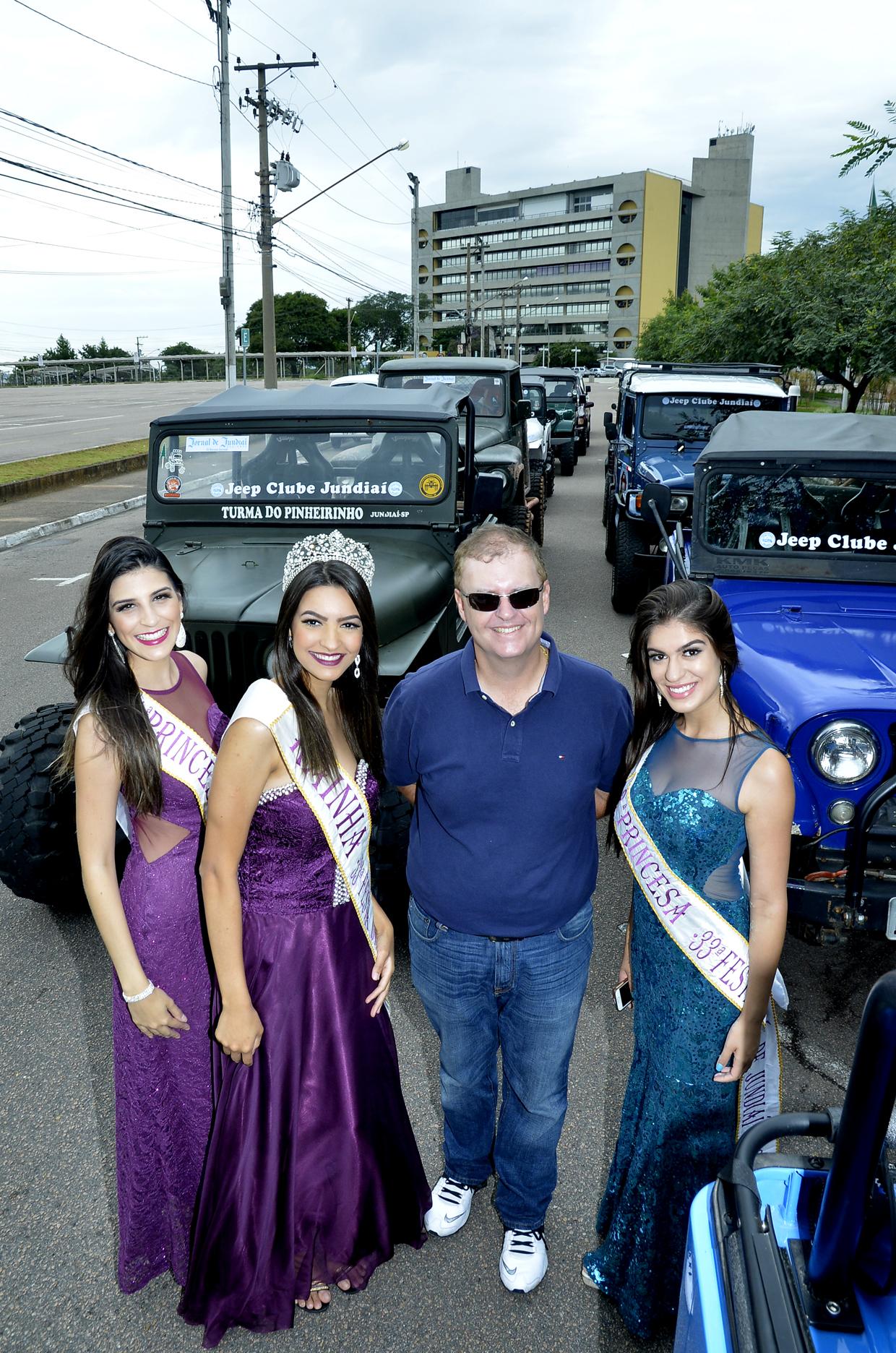 Marcos Brunholi e corte prestigiam desfile de jipeiros