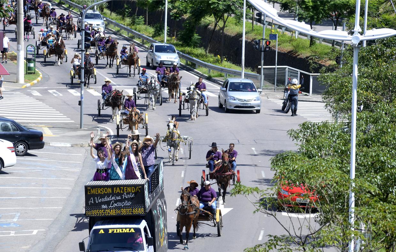 Cavalgada da Uva lotou as ruas da cidade até chegar ao parque