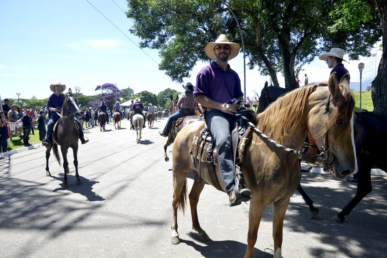 Mais de 200 cavaleiros participaram do desfile