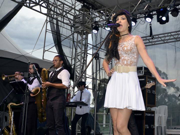 Cover de Amy Winehouse contagiou público na noite de domingo (24)