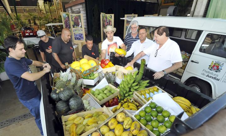 A equipe recolhendo os produtos para a primeira rodada de entrega a entidades