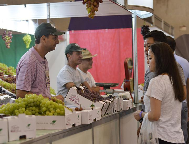 Venda das frutas na festa anterior: parceria reforça estética da uva