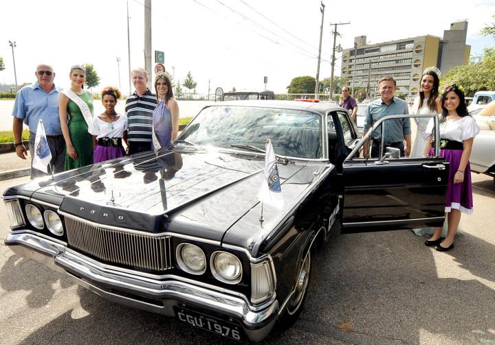 Prefeito e participantes do desfile com antigo Landau oficial restaurado