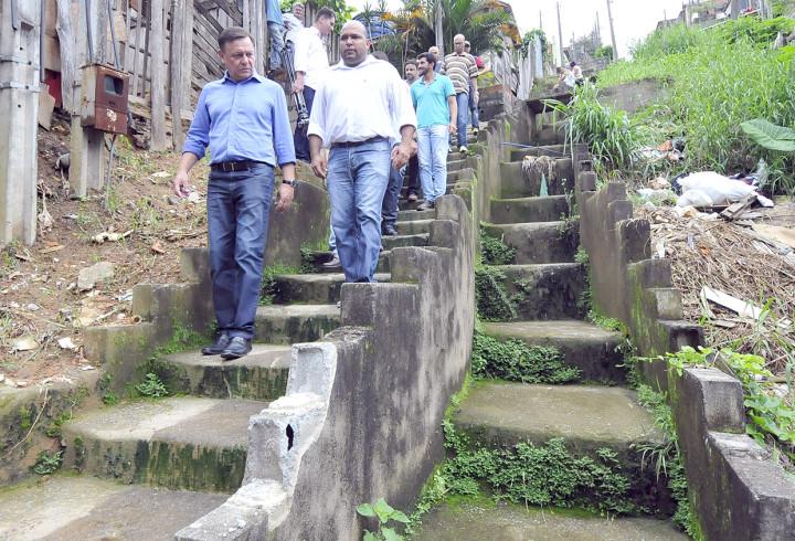 Prefeito Pedro Bigardi na escadaria do Jardim Tamoio