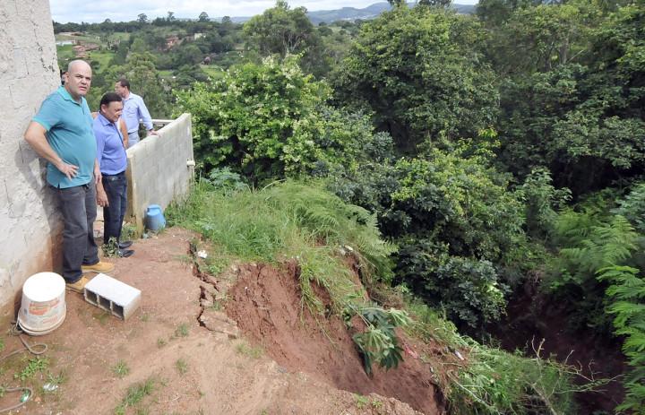 Pedro Bigardi observa estragos feitos pela chuva no Ivoturucaia