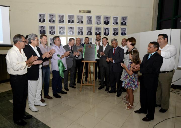 Prefeito decerra a placa da TV Câmara junto com os vereadores