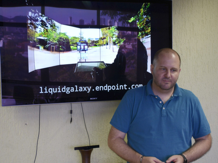 Gilberto observa apresentação do sistema: ações interativas na festa