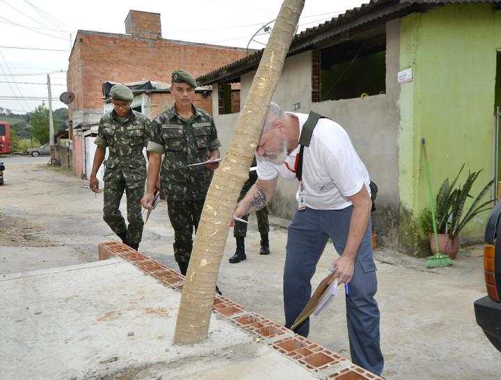 Agentes e soldados visitaram casas em diversos bairros da cidade