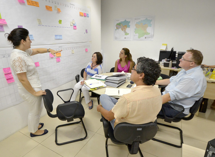 Secretária Daniela Sutti conversa com representantes de conselhos