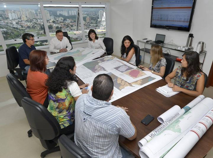 Prefeito Pedro Bigardi conversa com a secretária Daniela Sutti, e técnicos
