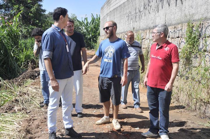 Secretário Aguinaldo Leite conversa com moradores: segurança
