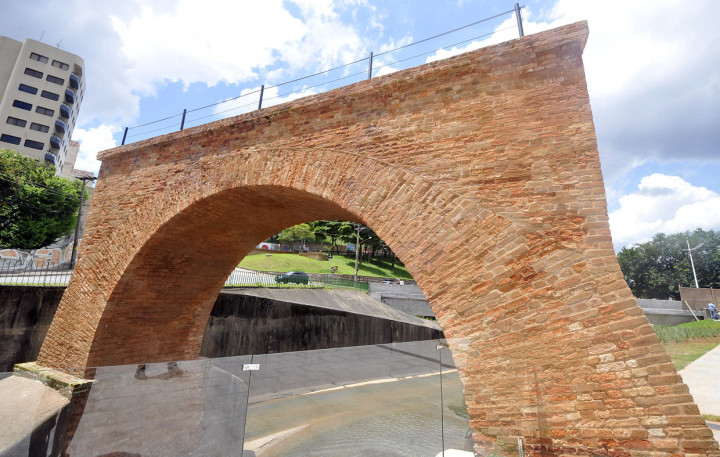 Ponte Torta, recentemente revitalizada, faz parte do percurso