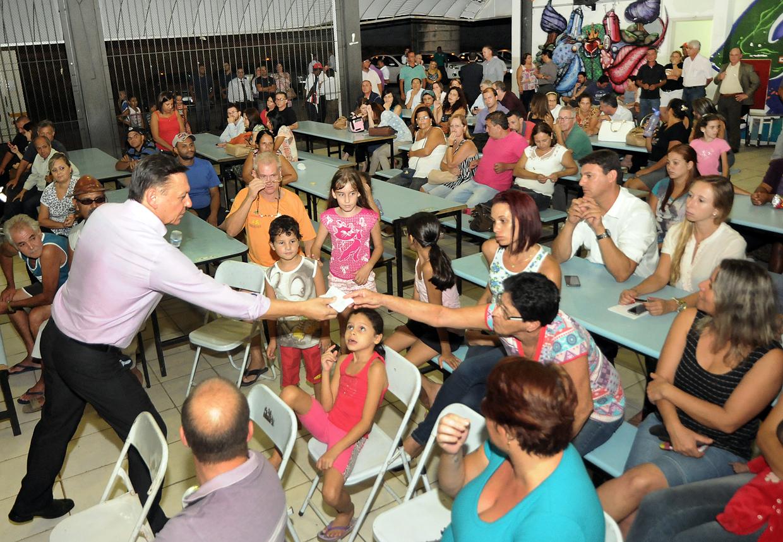 Bigardi conversa com mães de alunos do Morada das Vinhas e anuncia troca de telhado em Emeb