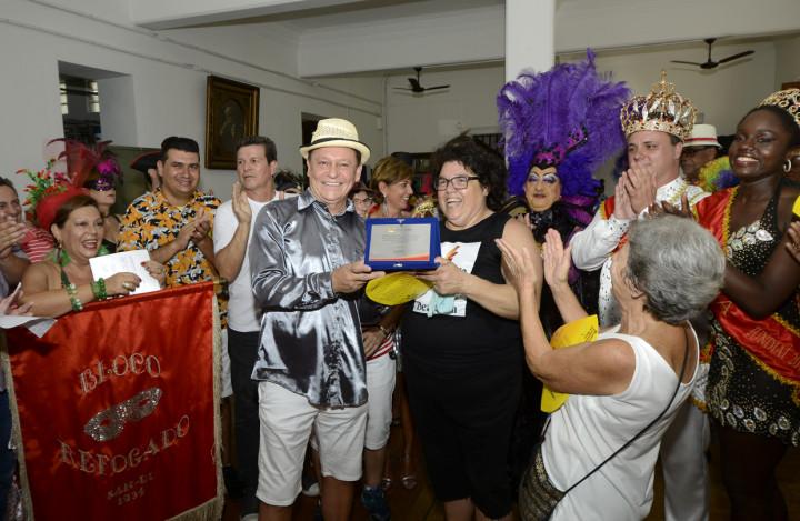 Prefeito entregou o certificado de patrimônio imaterial à diretoria do bloco