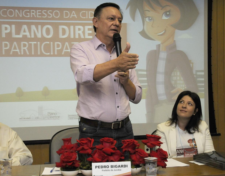 Prefeito Pedro Bigardi discursa durante solenidade que abriu o Congresso da Cidade