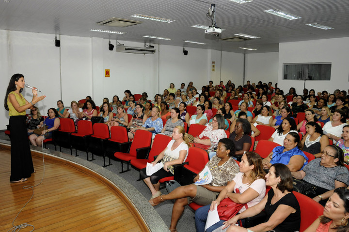 Palestrante Rosângela abordou as faces famininas em palestra sobre empoderamento