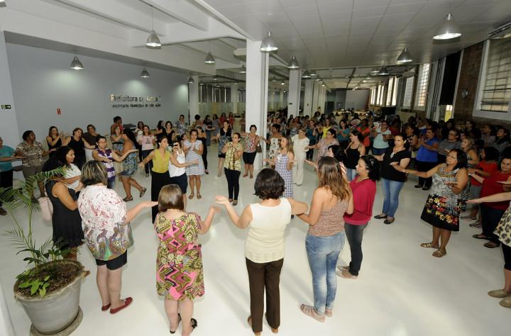 Merendeiras participaram de atividade de dança circular após a palestra