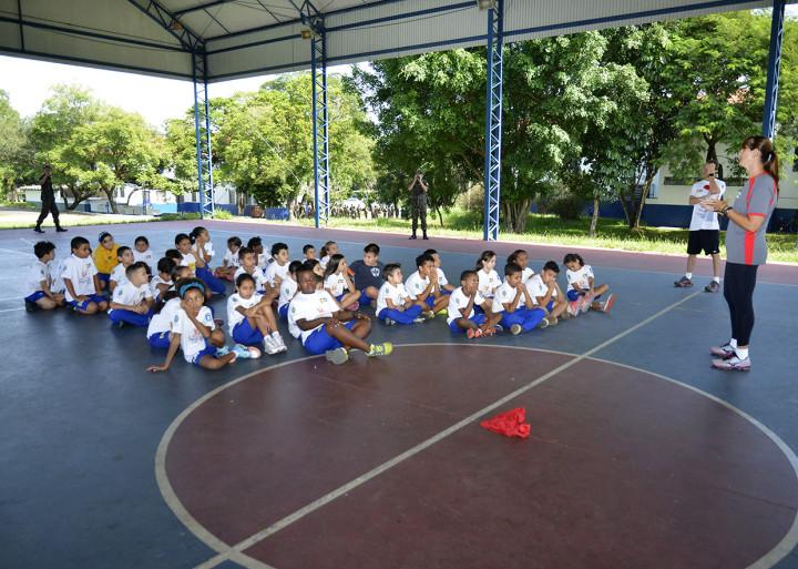 A ex-jogadora de basquete, Lucimara Sibinel Brito, conversou e jogou com os estudantes