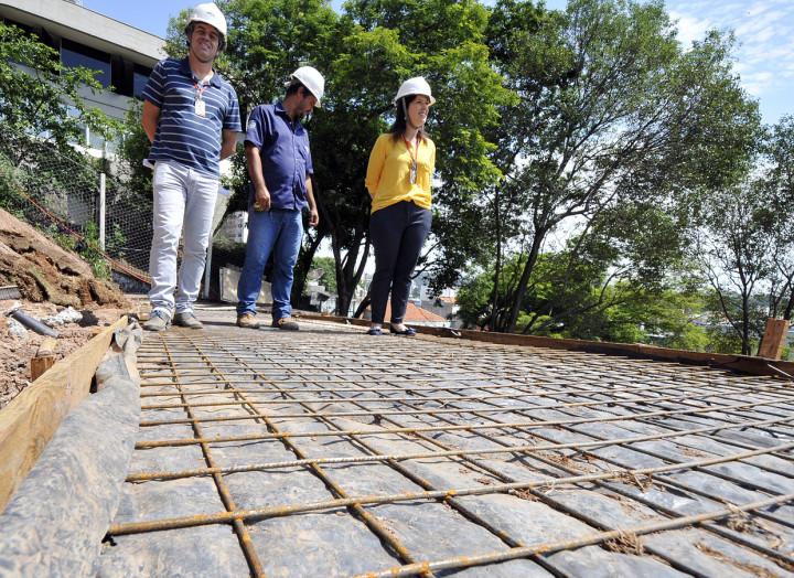 As obras das novas rampas no Escadão, durante visita técnica da secretária Daniela da Camara