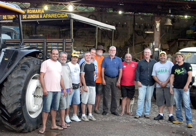Brunholi com integrantes do grupo da romaria de trator