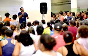 O coordenador Jonathann Ribeiro explica posse responsável para pets