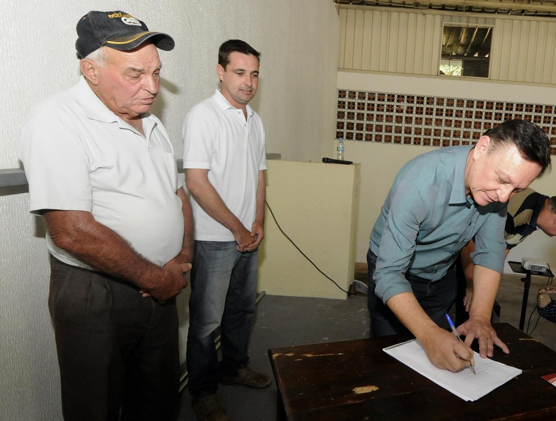 Prefeito Pedro Bigardi assina documento que garante subsídios a agricultores de Jundiaí