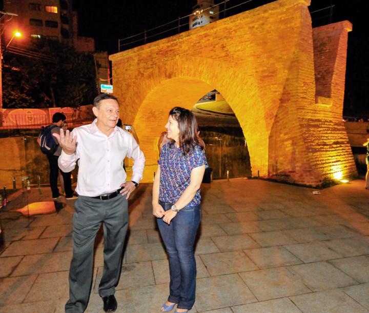O prefeito Pedro Bigardi e a secretária Daniela da Camara na entrega do projeto, em 2015