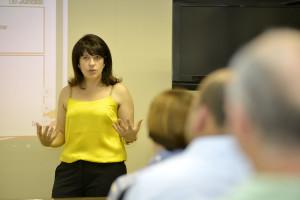 A secretária Daniela da Camara esclarece finalização de plano aos parlamentares