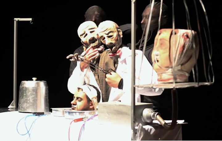 Espetáculo ultiliza bonecos e performances plásticas para compor trama surrealista