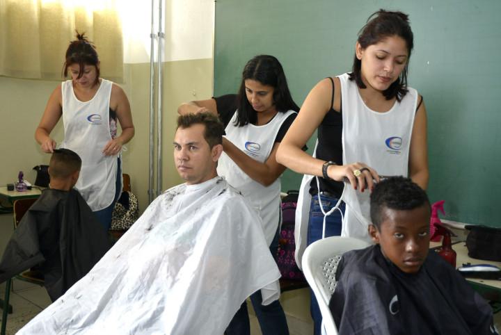 Corte de cabelo gratuito integra os serviços oferecidos pelo Dia da Cidadania