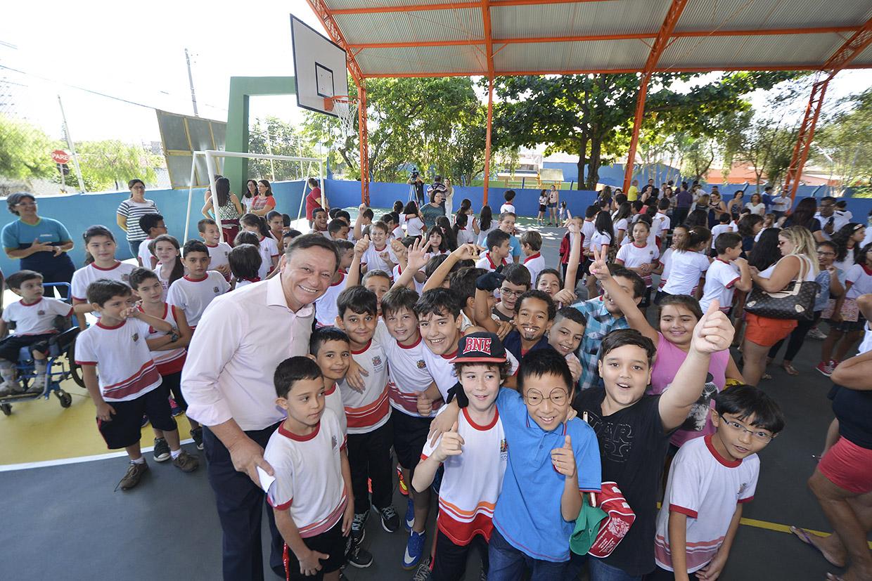 Ao lado das crianças, prefeito comemora a entrega das obras