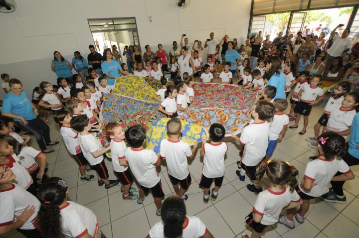 Prefeito e autoridades durante a entrega das obras da escola