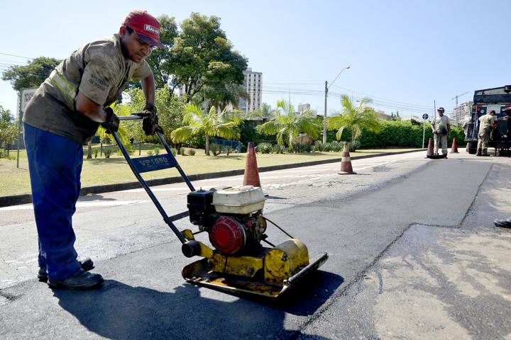 As operações tapa-buraco são realizadas diariamente nos bairros da cidade