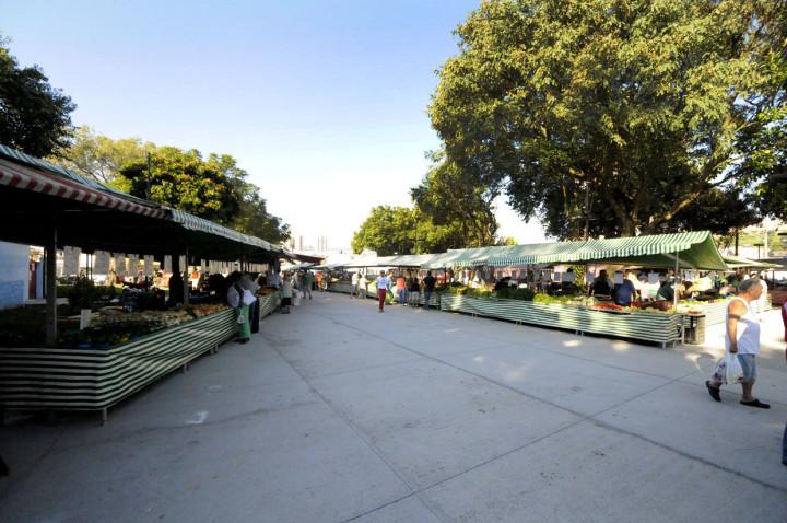 A feira do Vianelo voltou a ocupar a praça Francisco Pessolano, ao lado da rua 23 de Maio