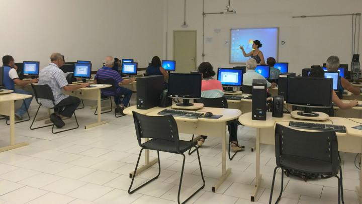São 52 computadores disponíveis, um por aluno