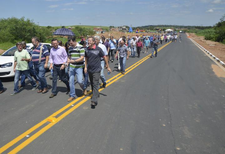 Prefeito entregou Ponte do Tulipas, que liga o bairro ao Fazenda Grande, no Vetor Oeste