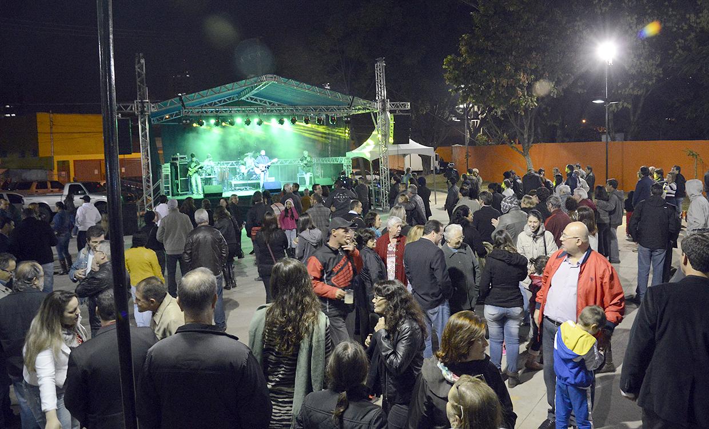 Nem a noite fria espantou o público, que lotou a praça