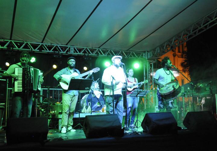 O grupo Serelepe abriu a noite com o melhor do forró pé de serra