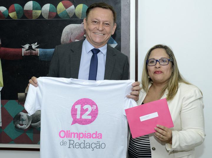 Leila Casote, diretora de Fomento à Leitura e Literatura, durante visita ao prefeito Pedro Bigardi