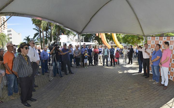 O prefeito Pedro Bigardi e autoridades durante a entrega no Largo da Matriz
