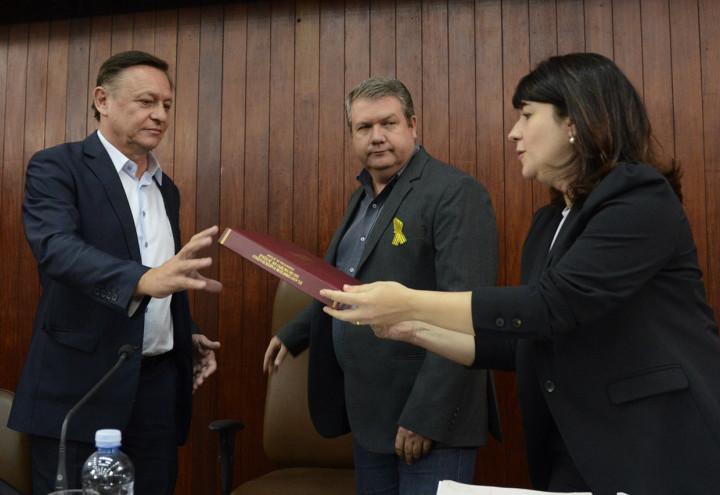 Entrega do projeto de lei em resumo dos trabalhos participativos, com Daniela, Bigardi e Gastaldo