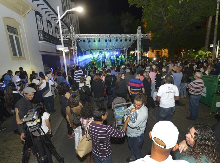 O grupo Originais do Samba relembrou antigos sucessos e movimentou a Praça da Matriz