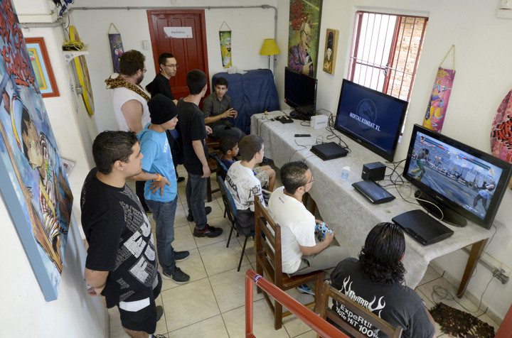 Jovens se divertiram com video games