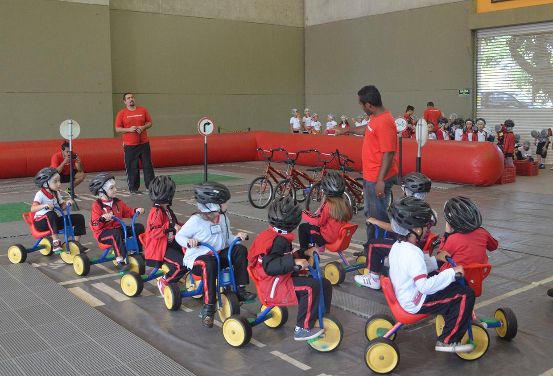 Ações lúdicas orientam crianças sobre trânsito seguro