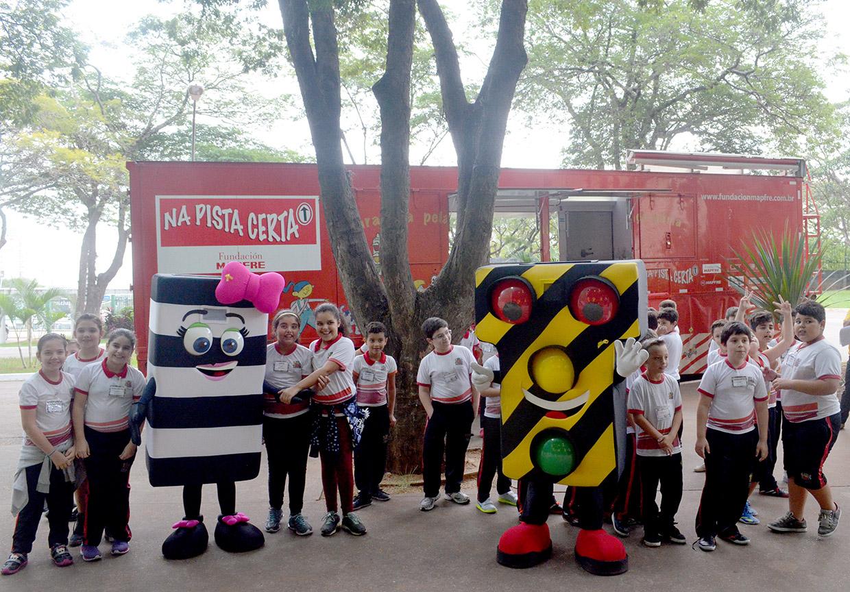 Mascotes auxiliam na divulgação da campanha Maio Amarelo