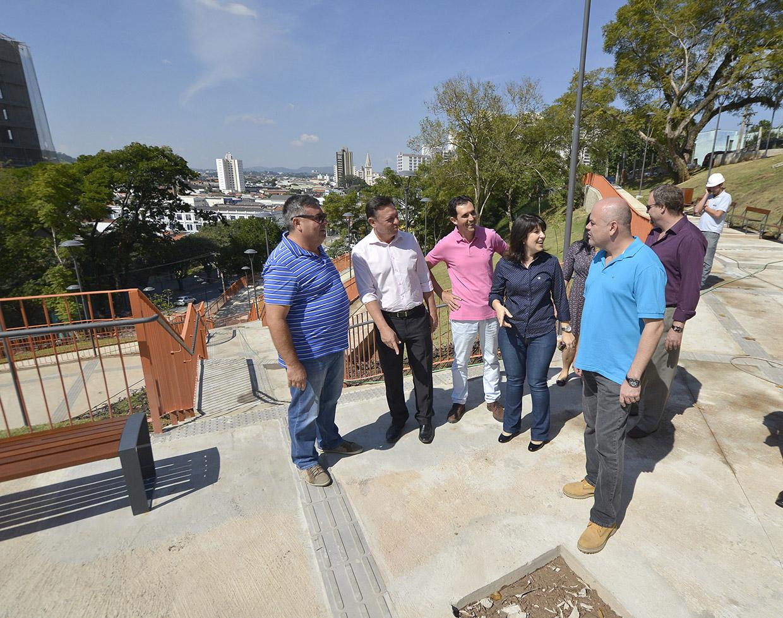 Bigardi, secretários e vereadores percorreram o percurso em finalização do local