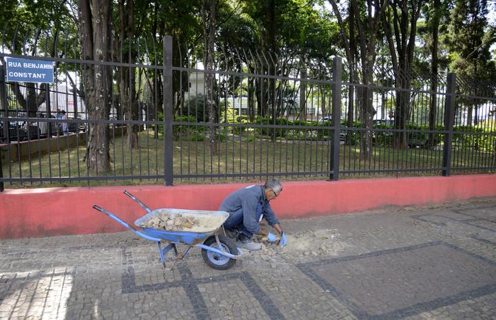 Calçada no entorno do Cemitério do Centro é restaurada