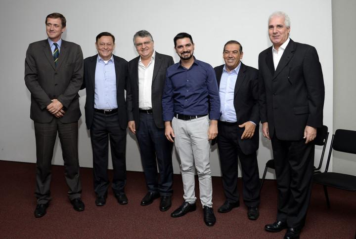 Bigardi com demais prefeitos, representantes estaduais e o anfitrião e presidente do Ciesp Jundiaí