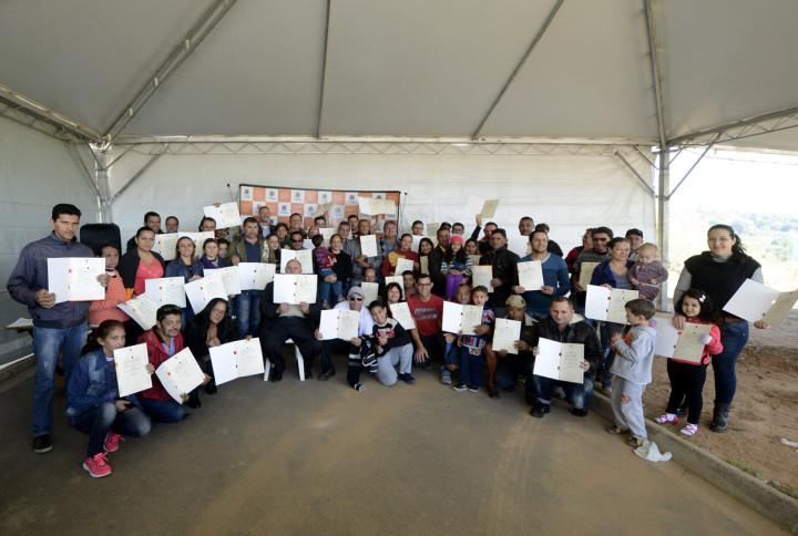 Famílias exibem emocionadas as matrículas de regulaização de suas casas no Água Doce