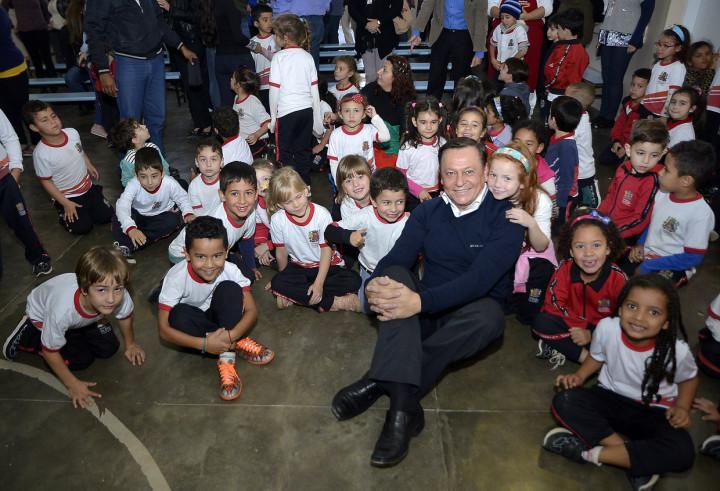 O prefeito Pedro Bigardi se animou com a empolgação das crianças